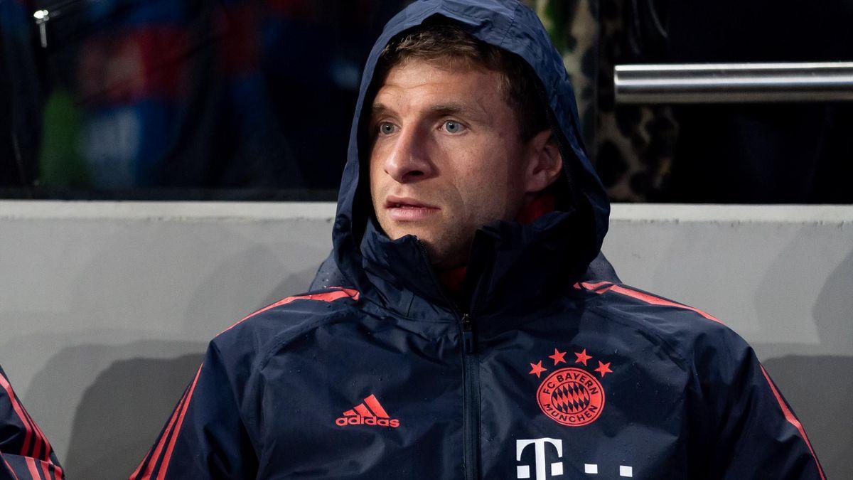 Thomas Müller auf der Bank des FC Bayern