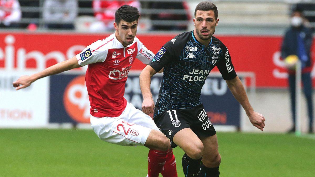Thibault De Smet au duel avec Quentin Boisgard lors de Reims - Lorient / Ligue 1