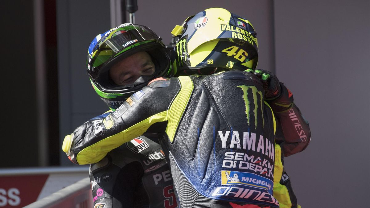 L'abbraccio fra Franco Morbidelli e Valentino Rossi dopo le qualifiche del GP di Catalogna