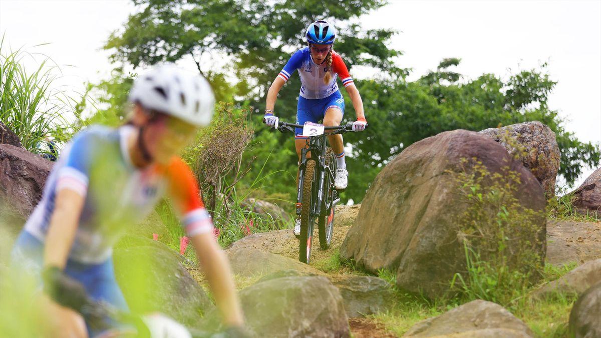 Pauline Ferrand-Prévot derrière Loana Lecomte lors de l'épreuve olympique de VTT, le 27 juillet 2021 au Japon.