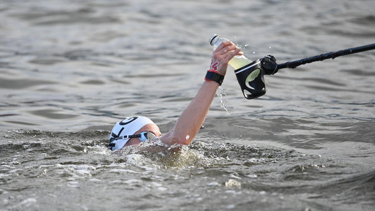 Souad Nefissa Cherouati takes a feed in the Marathon Swim, Tokyo 2020, August4, 2021