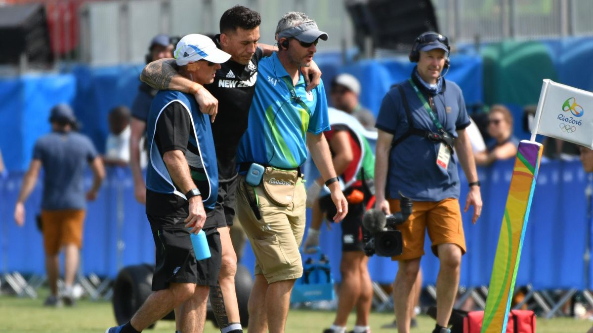 New Zealand's Sonny Bill Williams (2nd L) is helped from the field in the men's rugby sevens match between New Zealand and Japan during the Rio 2016 Olympic Games at Deodoro Stadium in Rio de Janeiro on August 9, 2016