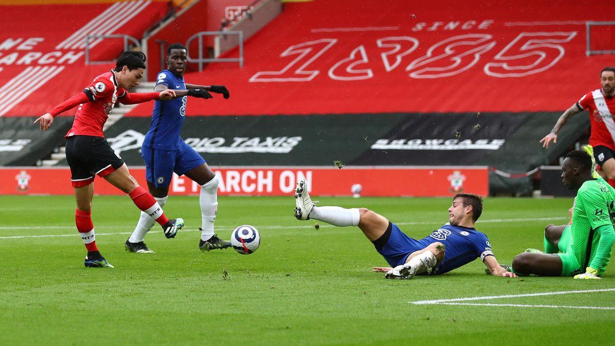 Takumi Minamino (links; FC Southampton) trifft gegen den FC Chelsea