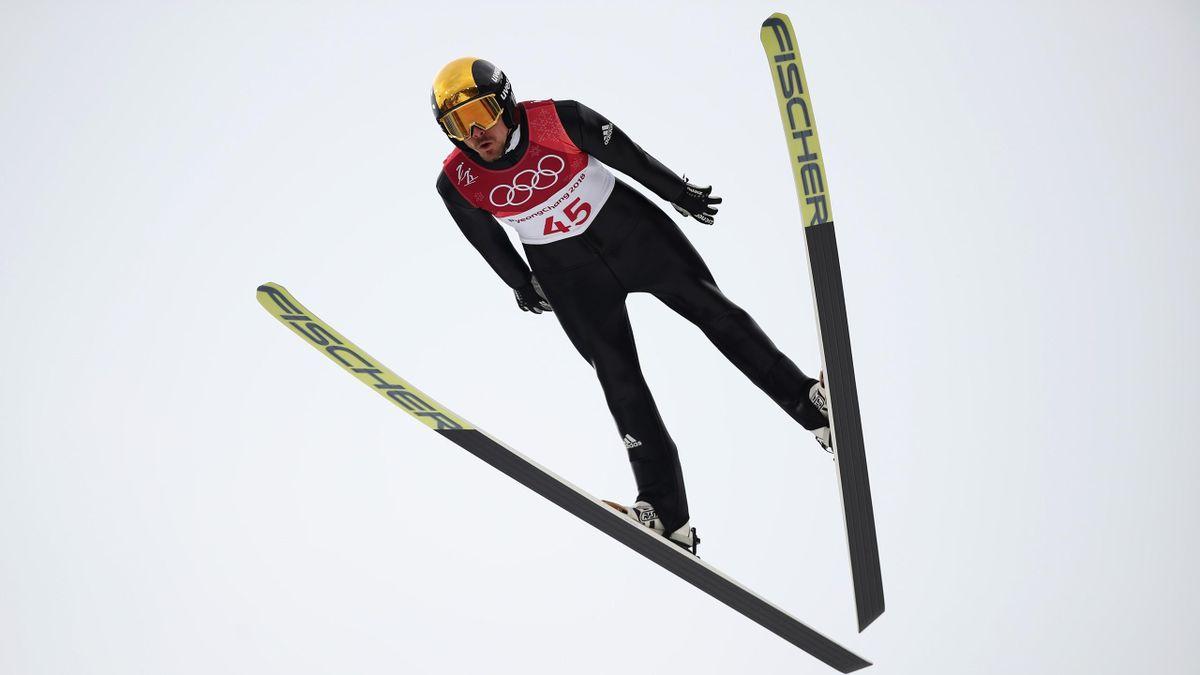 Deutschlands Kombinierer Fabian Rießle springt am 14. Februar 2018 während des Probedurchgangs von der Schanze.