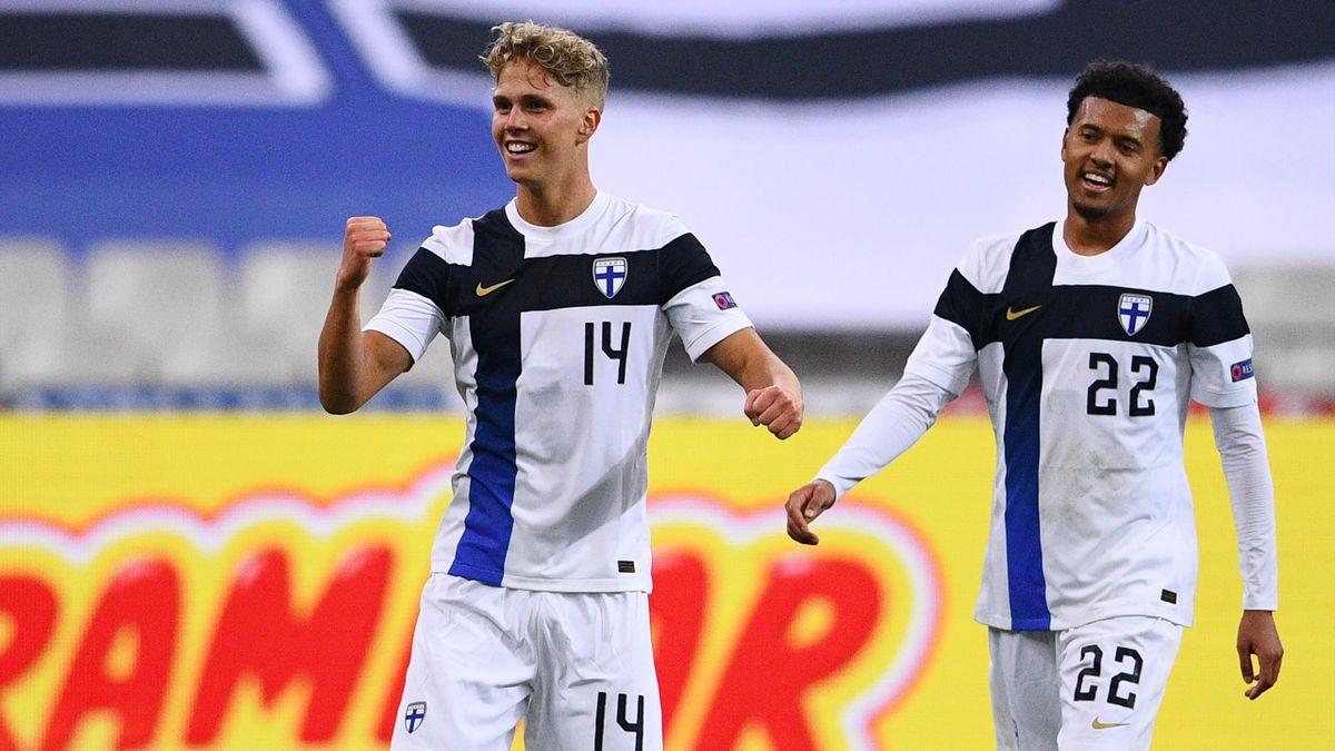 Onni Valakari bejubelt seinen Treffer zum 2:0 gegen Frankreich. Im Hintergrund freut sich Mitspieler Niko Hämäläinen