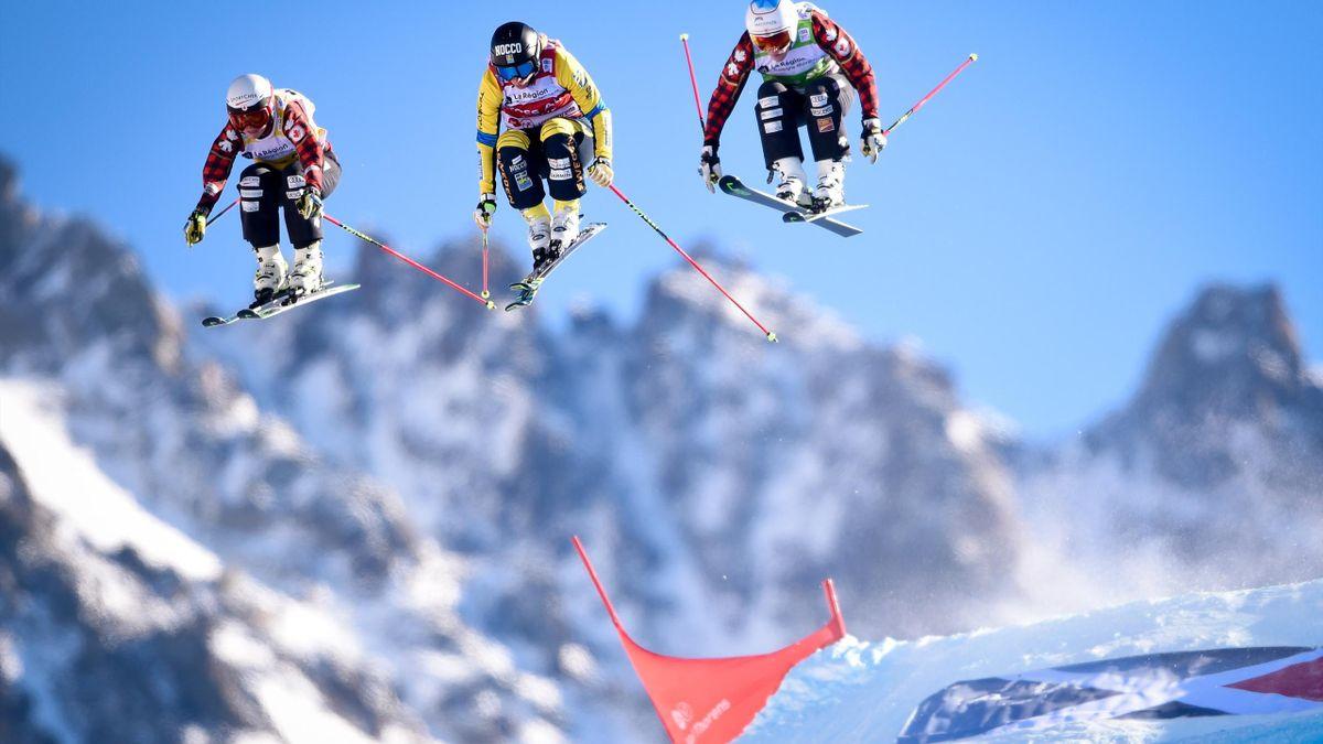 Sandra Näslund (midden) op weg naar weer een zege in de skicross.
