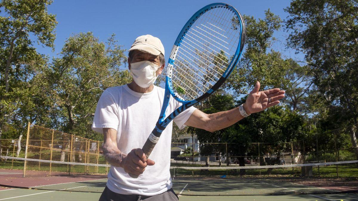 Tenis cu masca pe față