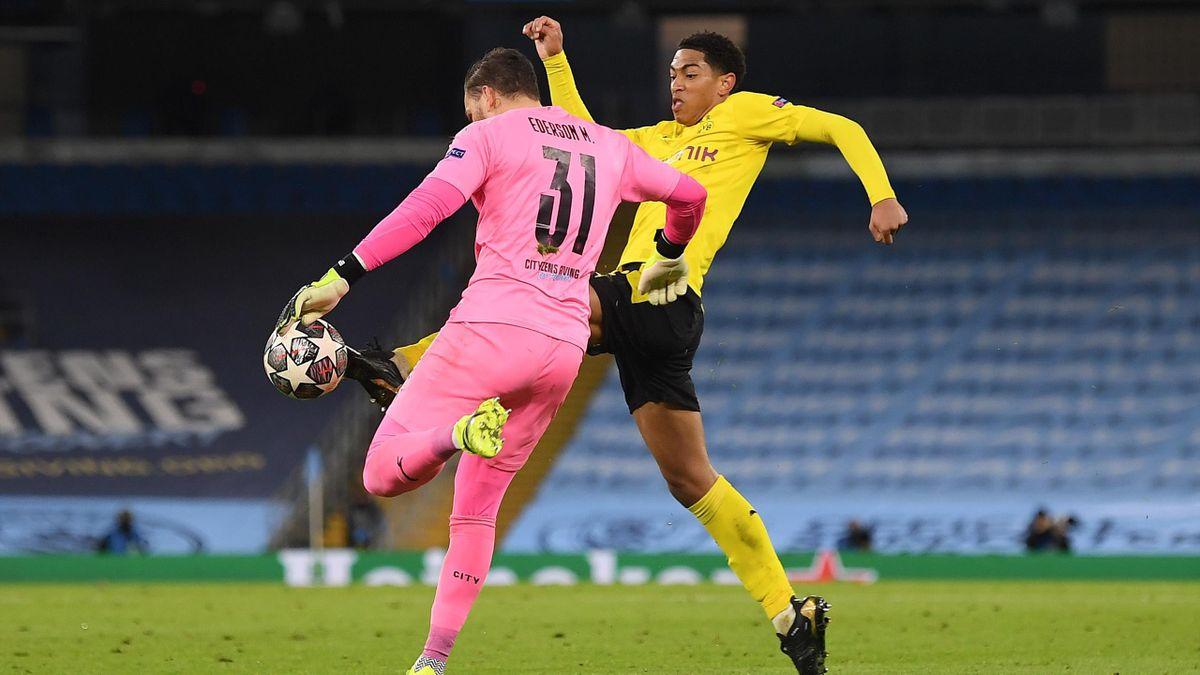 Jude Bellingham vor Ederson am Ball - Manchester City vs. Borussia Dortmund