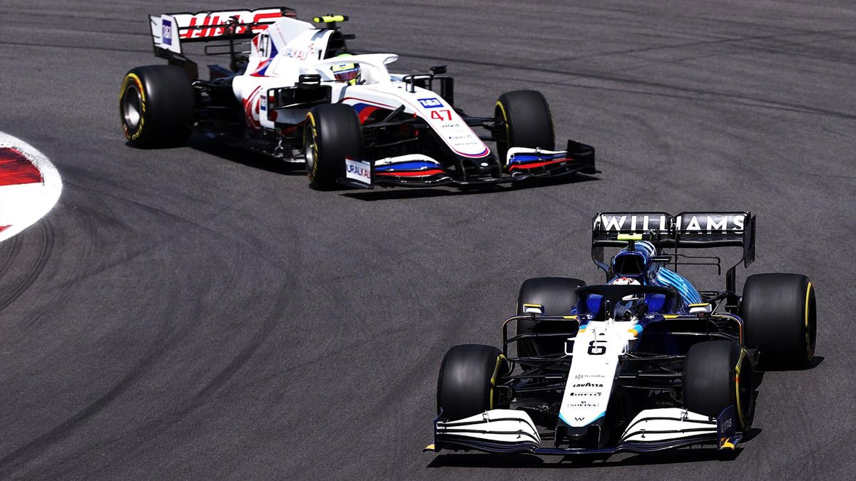Mick Schumacher (hinten) zwang Nicholas Latifi im Williams zu einem Fehler