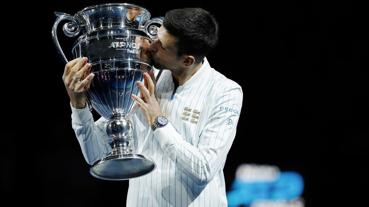 Novak Djokovic mit der ATP-Trophäe