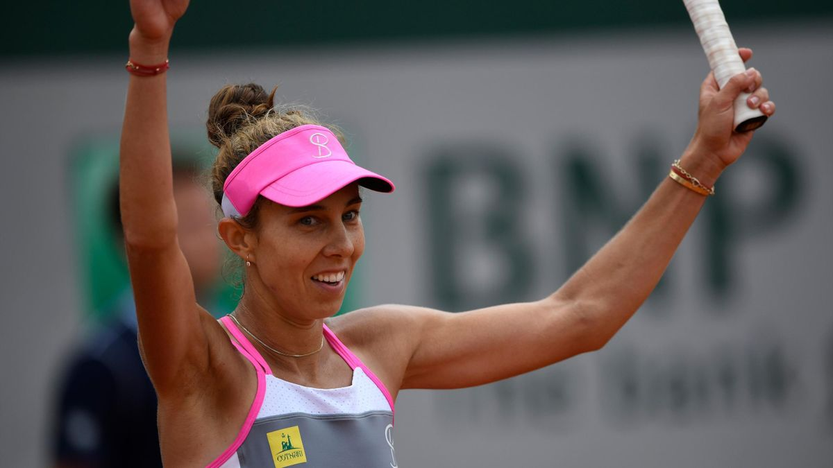 Romania's Mihaela Buzarnescu celebrates after victory over Ukraine's Elina Svitolina during their women's singles third round match on day six of The Roland Garros 2018 French Open