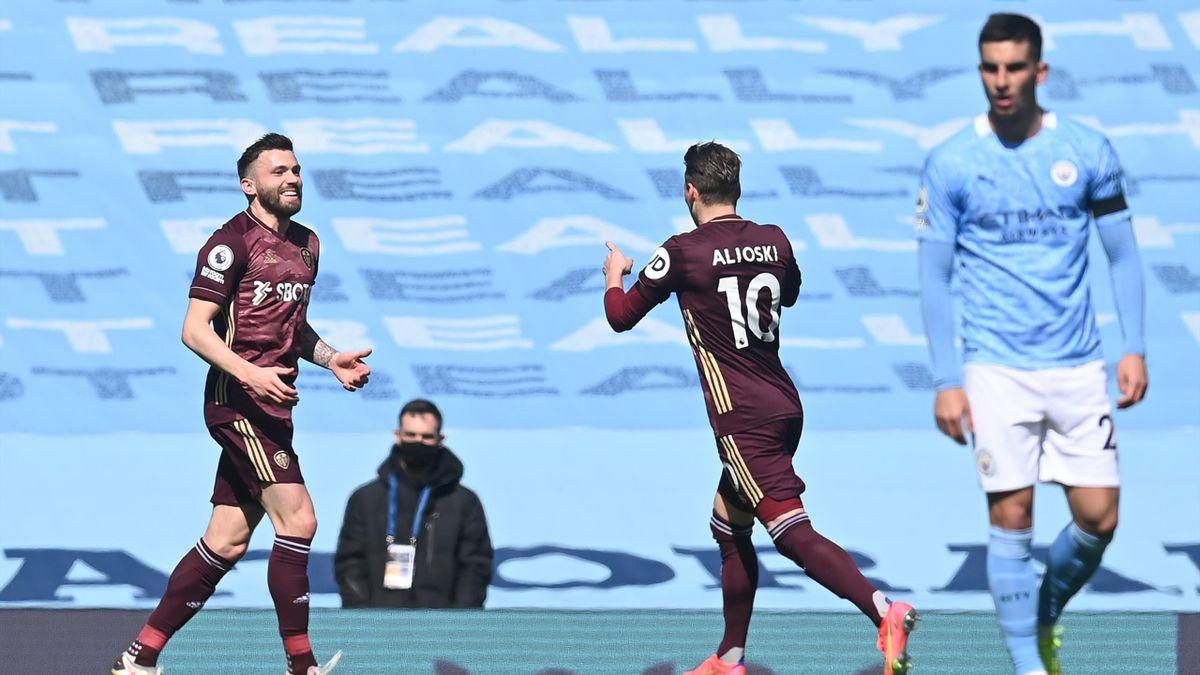 Stuart Dallas (l.) von Leeds United freut sich über seinen Treffer zum 1:0 gegen Manchester City