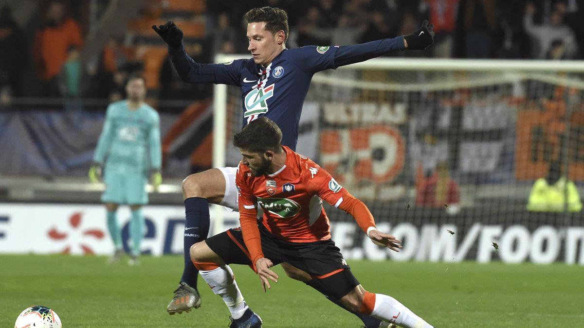 Julian Draxler im Duell mit Enzo Le Fee vom FC Lorient