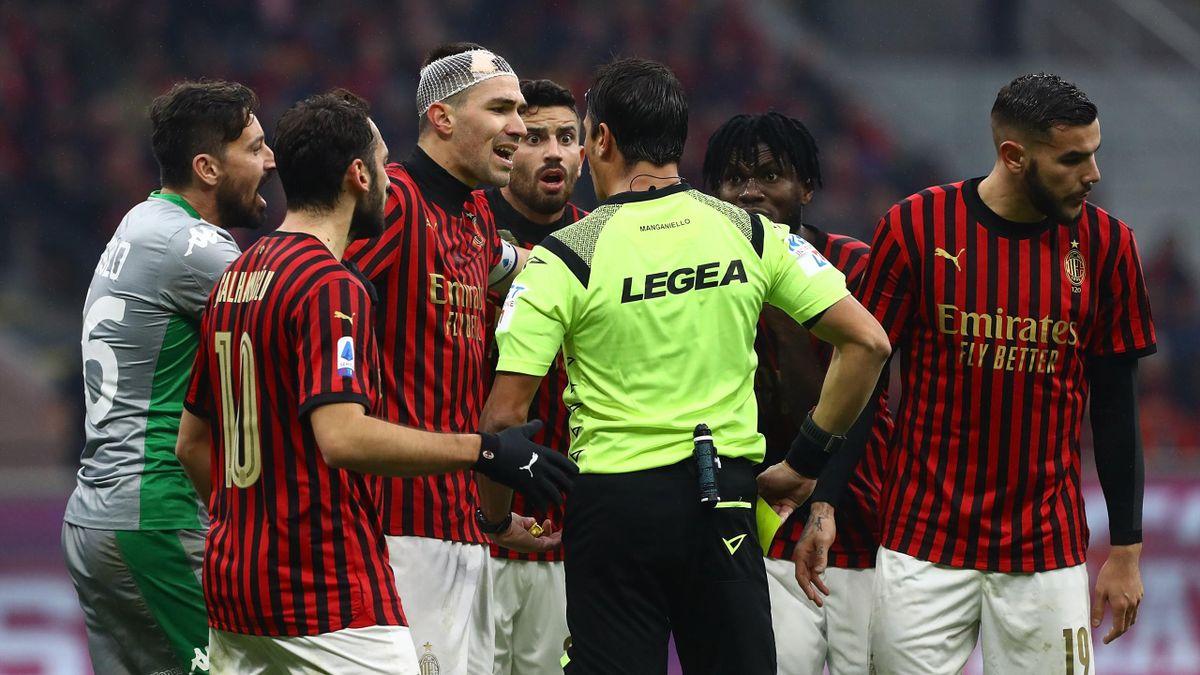 Le proteste del Milan con l'arbitro Manganiello, Milan-Sassuolo, Getty Images