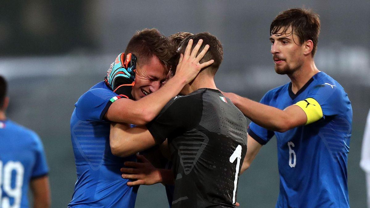 Andrea Pinamonti esulta con Alessandro Plizzari dopo un gol segnato con l'Italia Under 20, Getty Images