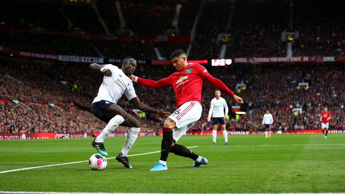 Manchester United - FC Liverpool: Sadio Mané (l.) im Zweikampf mit Marco Rojo (r.)