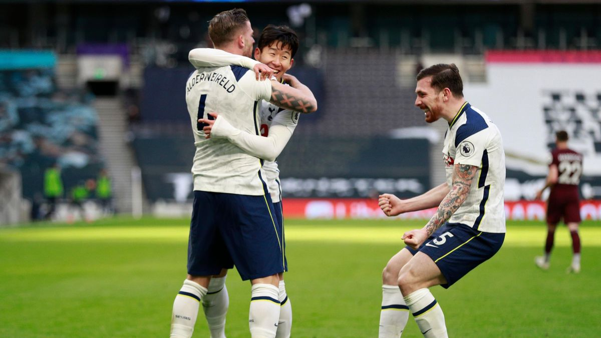 Tottenham Hotspur's Belgian defender Toby Alderweireld (L) celebrates with teammates after scoring his team's fourth goal during the English Premier League football match between Tottenham Hotspur and Leeds United at Tottenham Hotspur Stadium in London, o