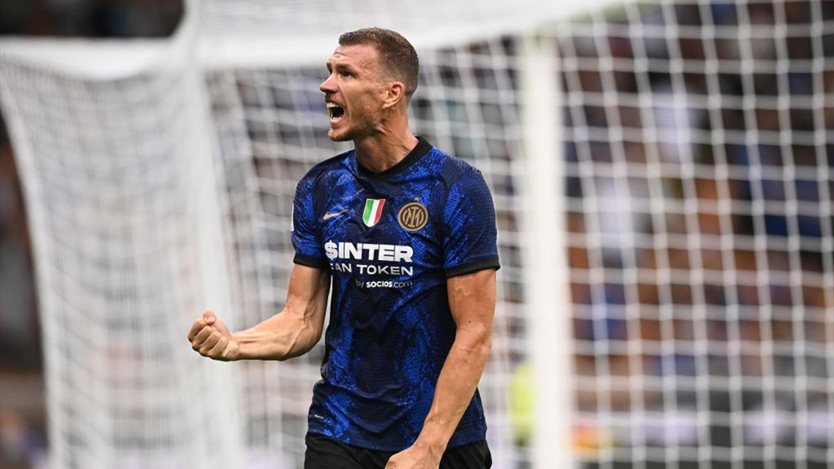 Edin Dzeko esulta dopo il gol in Inter-Genoa - Serie A 2021-22