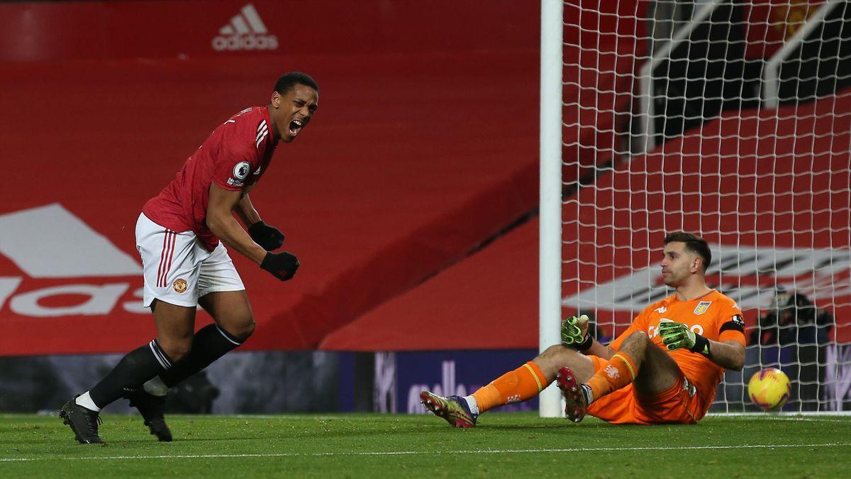 Anthony Martial (links, Manchester United) dreht gegen Aston Villa jubelnd ab