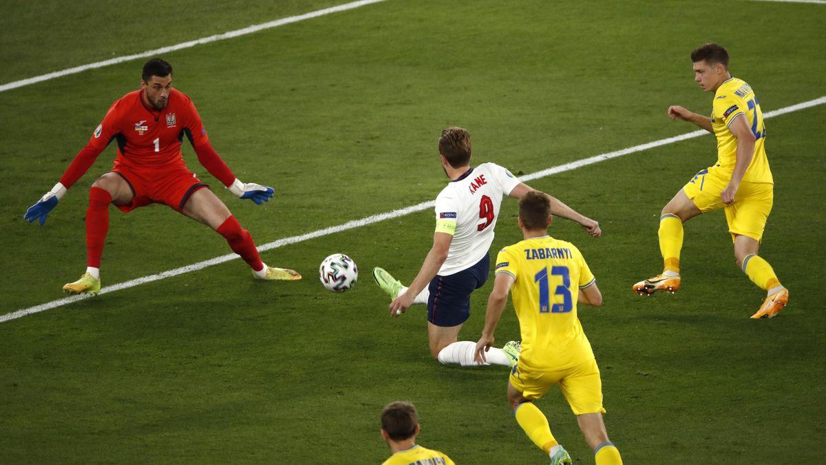 Харри Кейн забивает в матче Англия – Украина
