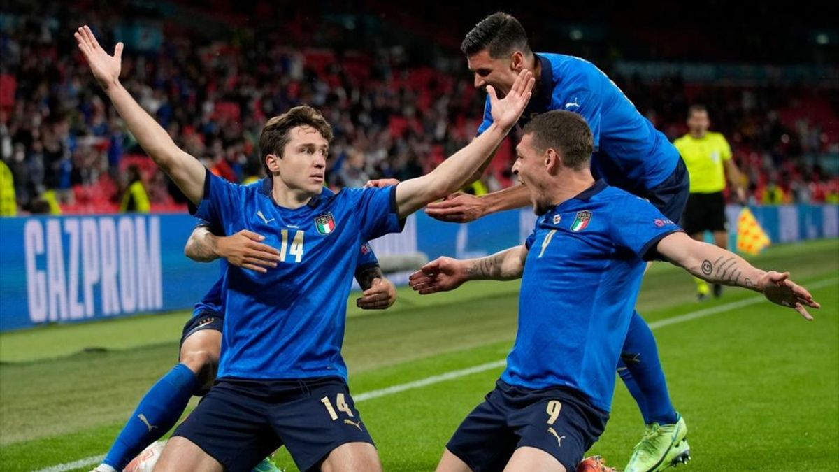 Federico Chiesa (l.) lässt sich von seinen Mitspielern für das 1:0 in der Verlängerung gegen Österreich feiern