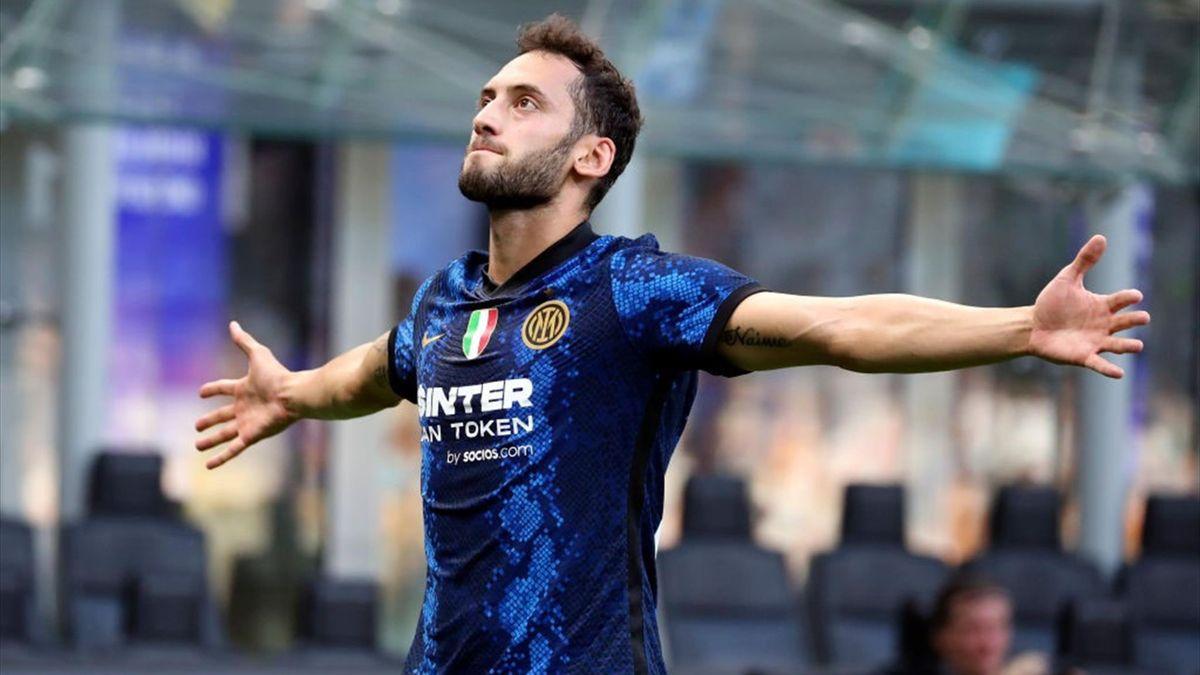 Hakan Calhanoglu - Inter-Genoa - Serie A 2021-2022