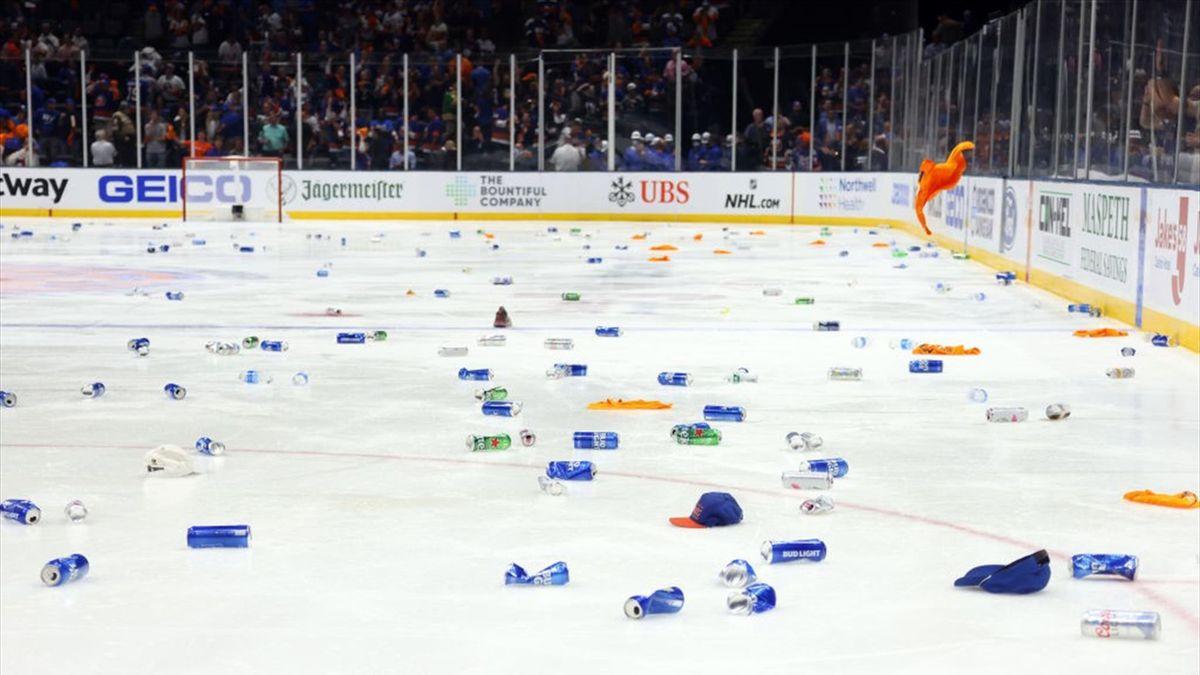 Бутылки на льду после победы «Айлендерс»