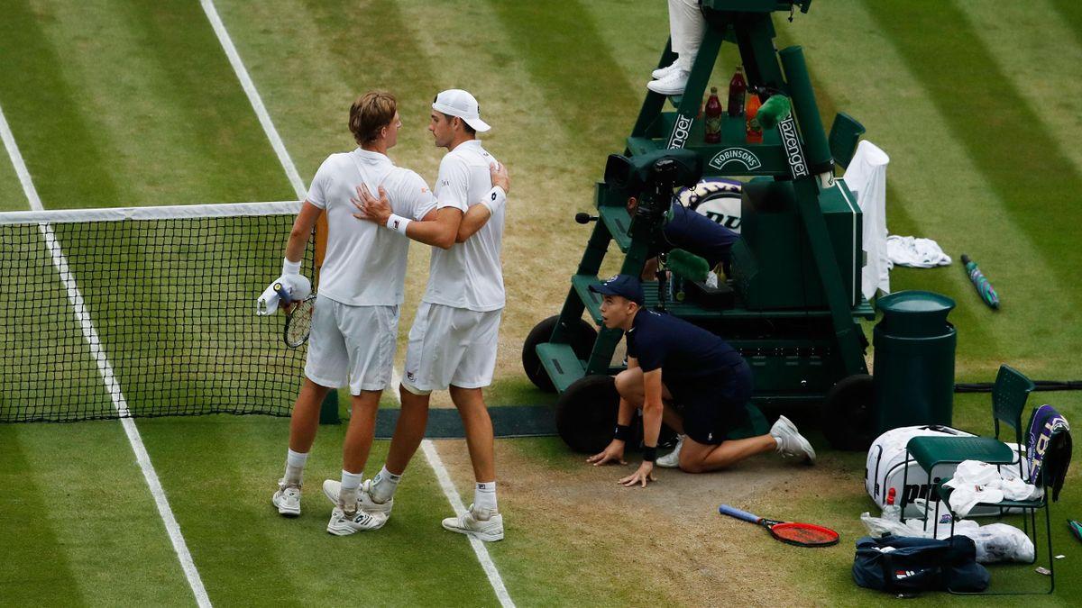 L'accolade entre Kevin Anderson et John Isner, à l'issue de leur demi-finale épique - Wimbledon 2018