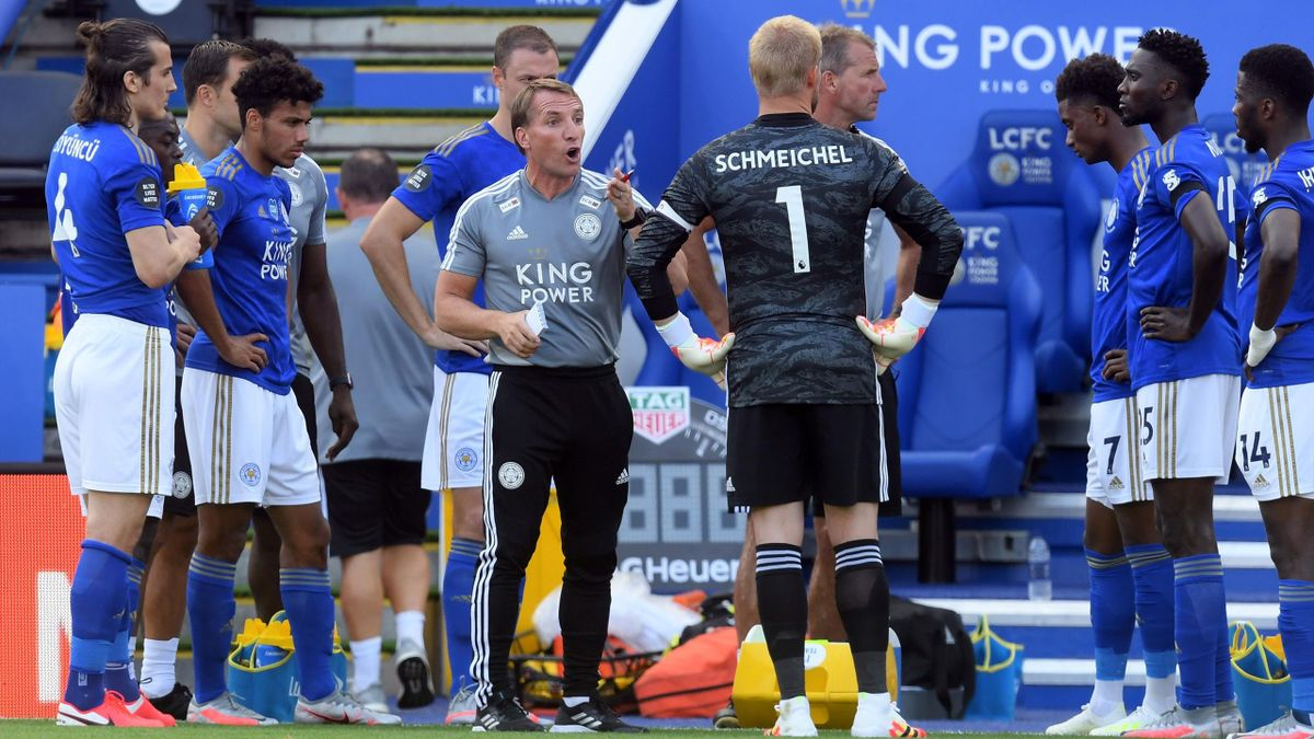 Leicester City's Northern Irish manager Brendan Rodgers (C) talks to his team during the first drinks break during the English Premier League football match between Leicester City and Brighton and Hove Albion at the King Power Stadium in Leicester, centra