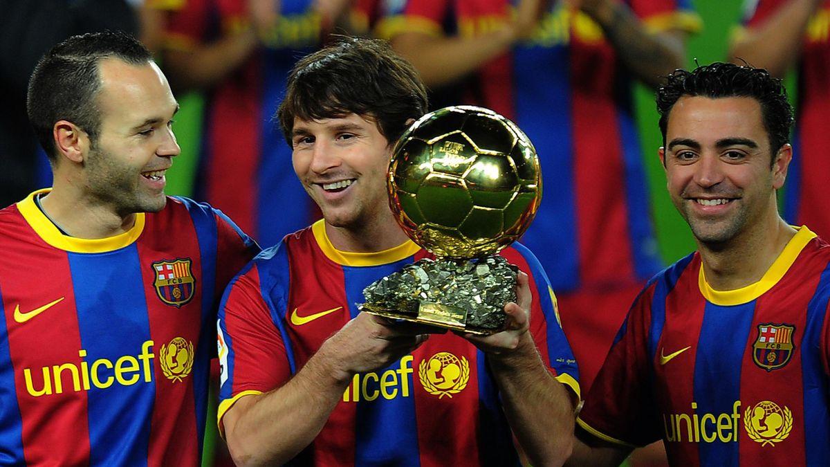 Andrés Iniesta et Xavi entourent Lionel Messi, le Ballon d'Or 2010