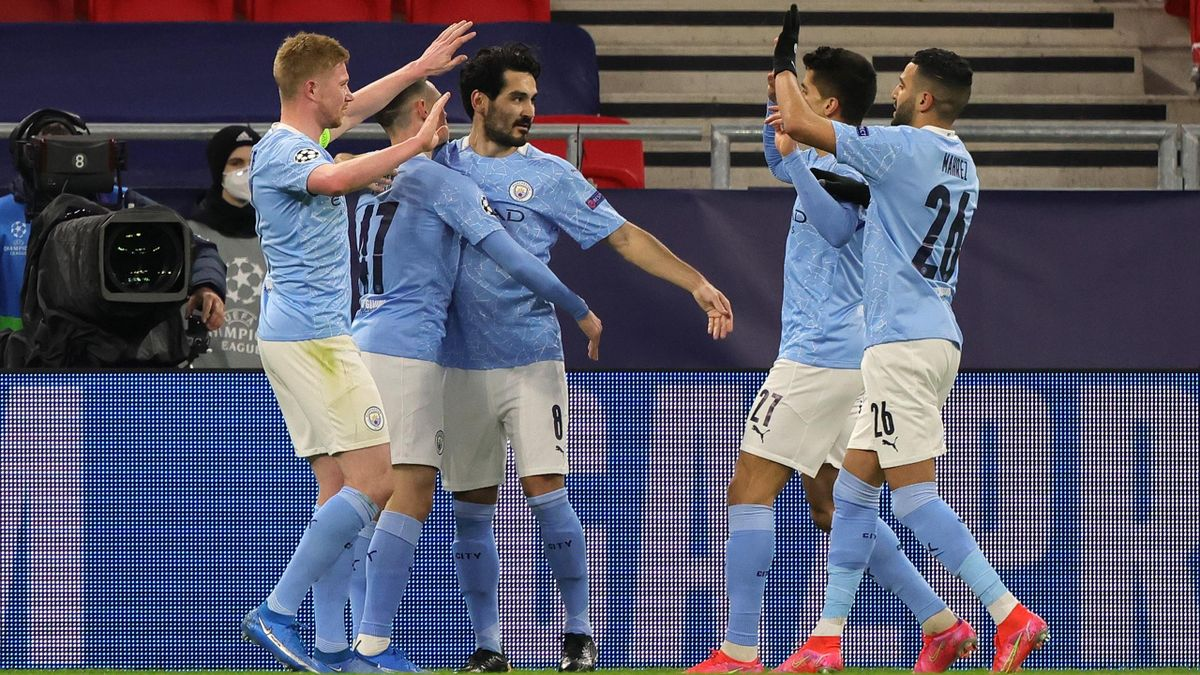 Ilkay Gundogan of Manchester City celebrates with team mates Phil Foden, Kevin De Bruyne, Joao Cancelo and Riyad Mahrez after scoring their side's second goal during the UEFA Champions League Round of 16 match between Manchester City and Borussia Moenchen