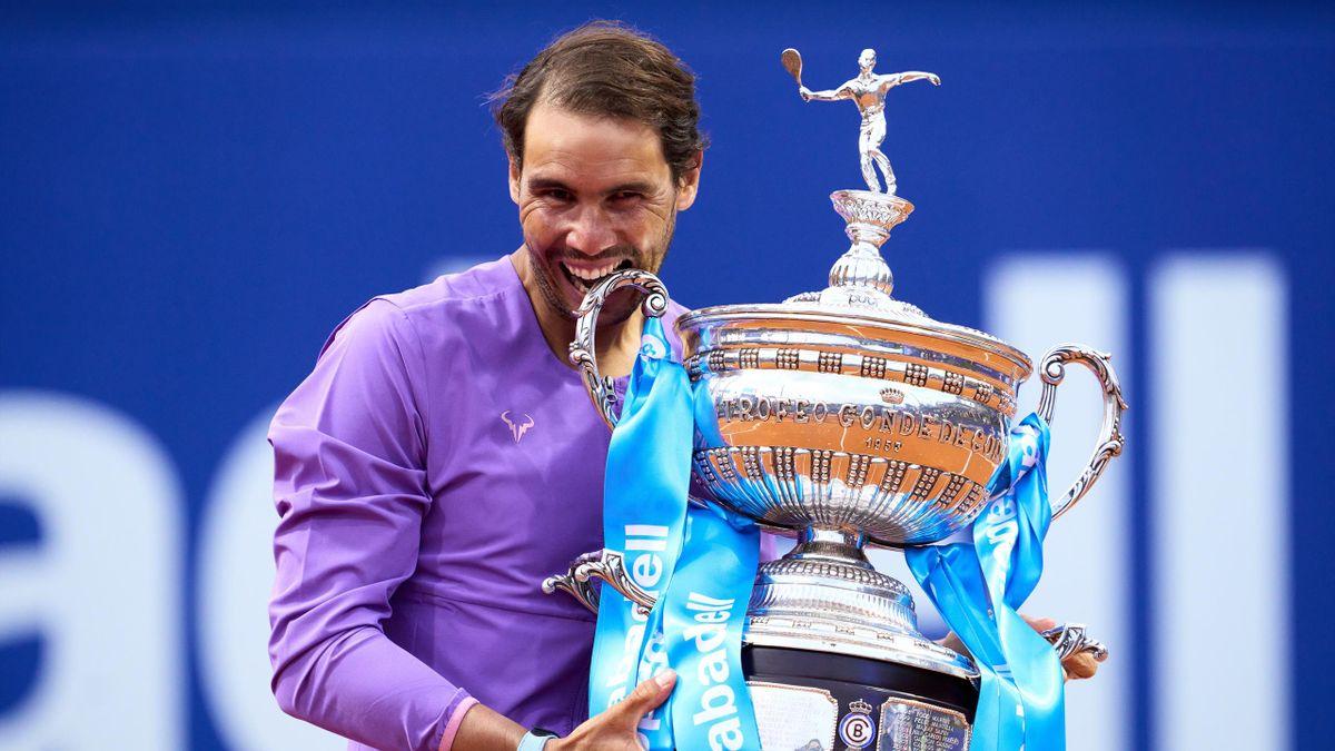 Rafa Nadal muerde el trofe de campeón del Conde de Godó