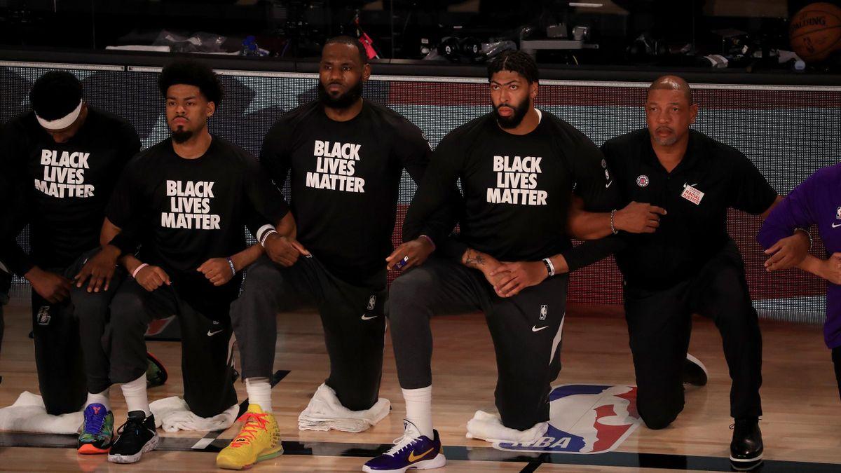 Die NBA-Spieler um die Lakers-Superstars LeBron James (3.v.l.) und Anthony Davis (4.v.l.) setzen vor dem Restart in Disney World ein Zeichen gegen Rassismus