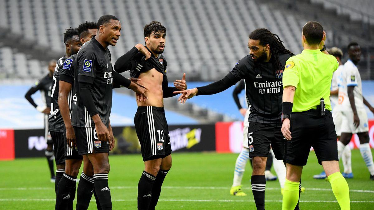 Lucas Paqueta conteste le penalty sifflé contre lui lors de la rencontre OM - OL en Ligue 1