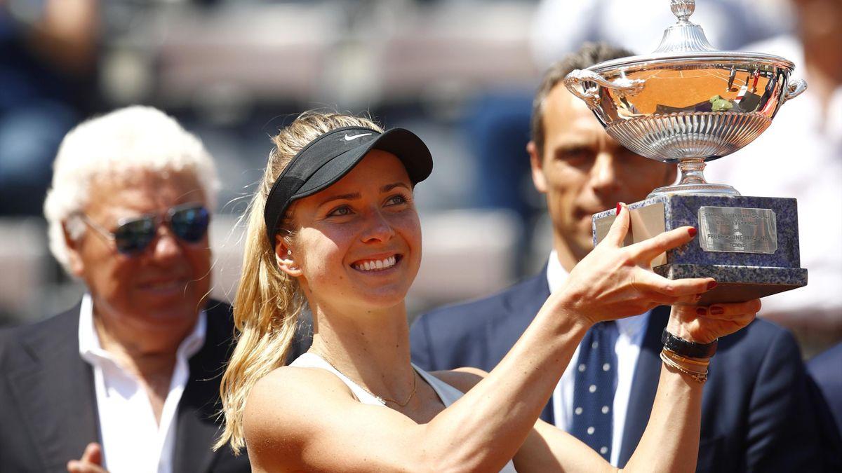 Elina Svitolina in posa con il trofeo dopo il successo agli Internazionali d'Italia 2018