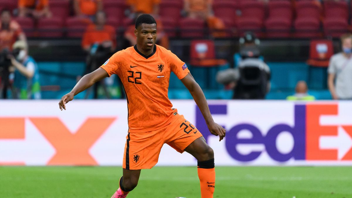 AMSTERDAM, NETHERLANDS - JUNE 17: (BILD ZEITUNG OUT) Denzel Dumfries of Netherlands controls the ball during the UEFA Euro 2020 Championship Group C match between the Netherlands and Austria at Johan Cruijff Arena on June 17, 2021 in Amsterdam, Netherland