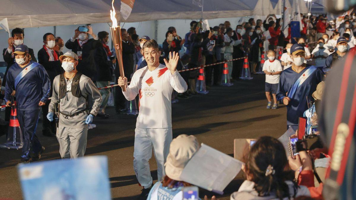 OL-fakkelen fraktes mot Tokyo.