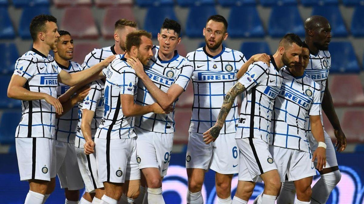 I giocatori dell'Inter esultano dopo il gol di Eriksen - Crotone-Inter Serie A 2020-21