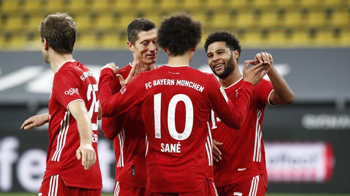 Der FC Bayern München jubelt nach dem Sieg bei Borussia Dortmund