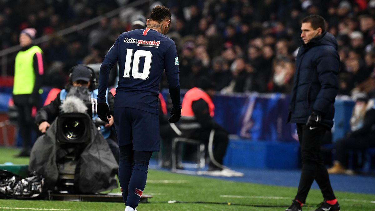 Neymar abandona el campo tras lesionarse