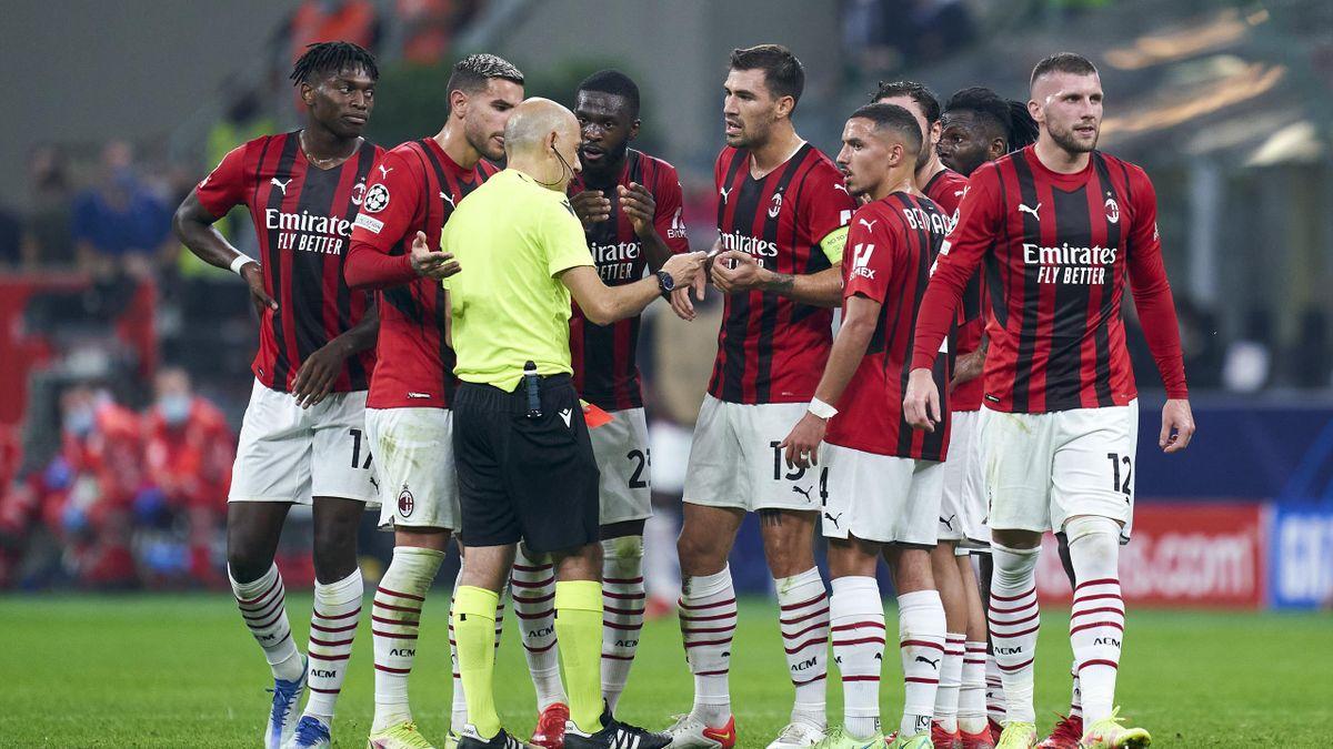 Il capannello di giocatori rossoneri che protestano contro l'arbitro Cakir, Milan-Atletico Madrid, Getty Images