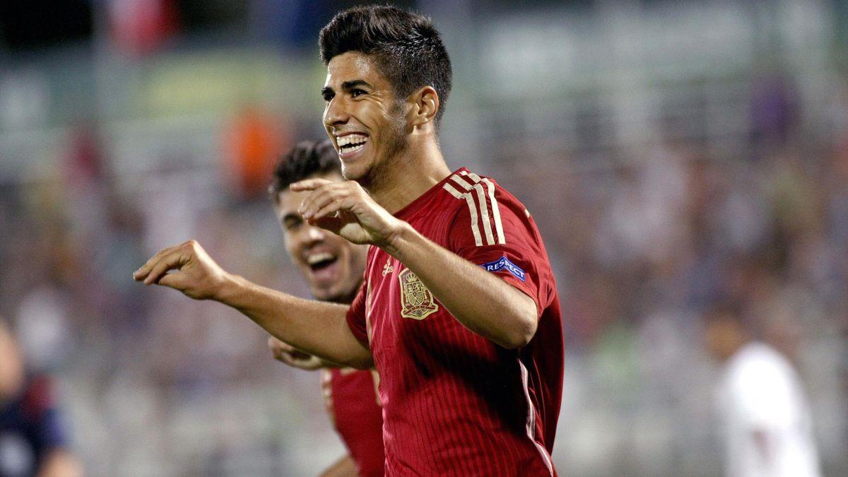 Marco Asensio celebra un gol con España sub 19