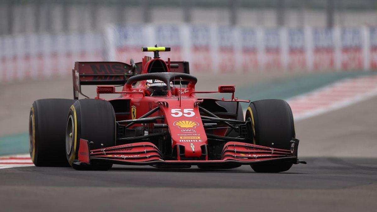 La Ferrari di Carlos Sainz sulla pista di Sochi durante il GP di Russia - F1 Mondiale 2021
