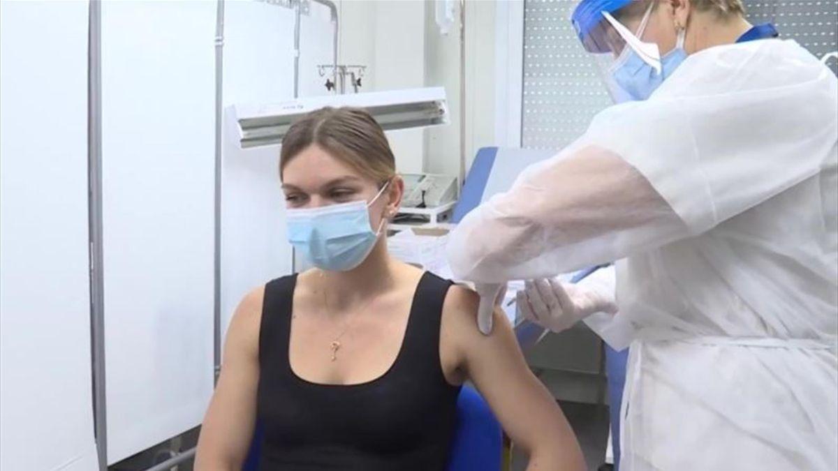 Simona Halep durante la somministrazione del vaccino Pfizer (WTA Romania)