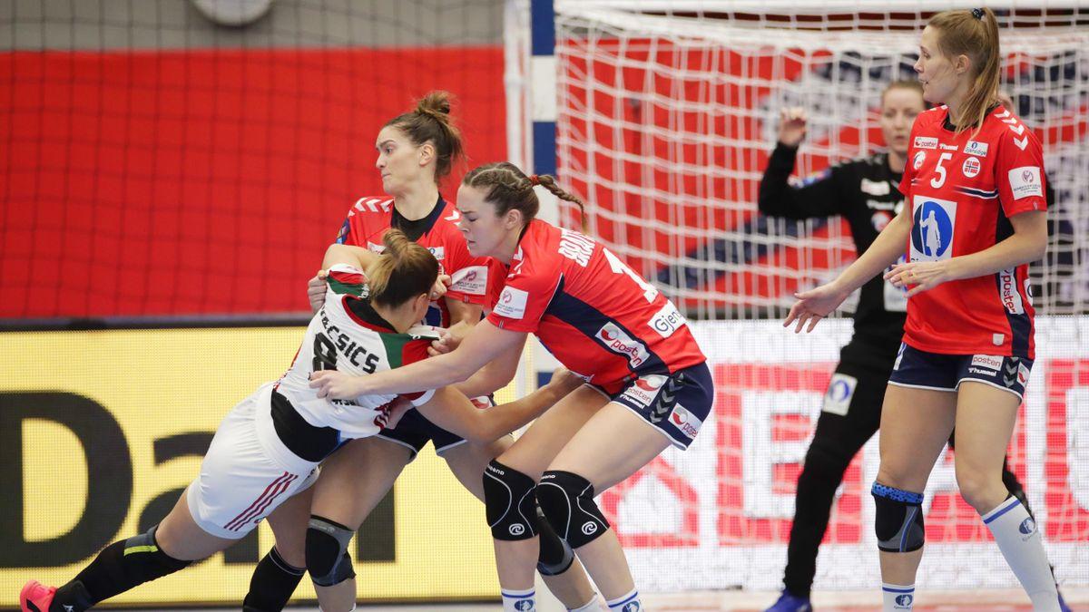 Stine Ruscetta Skogrand, Kari Brattset Dale og Marit Malm Frafjord mot Ungarn.