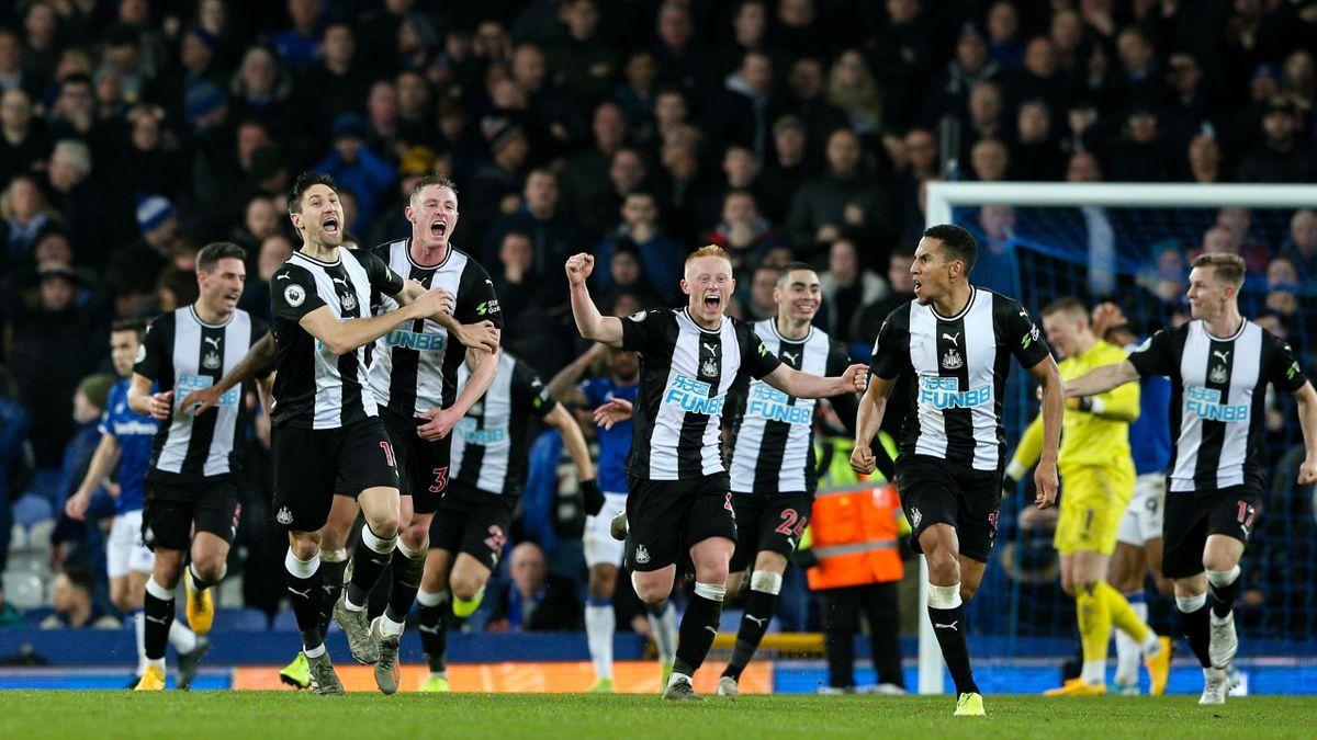 Jucătorii lui Newcastle United sărbătoresc golul egalizator de la partida cu Everton de pe Goodison Park din data de 21 ianuarie 2020