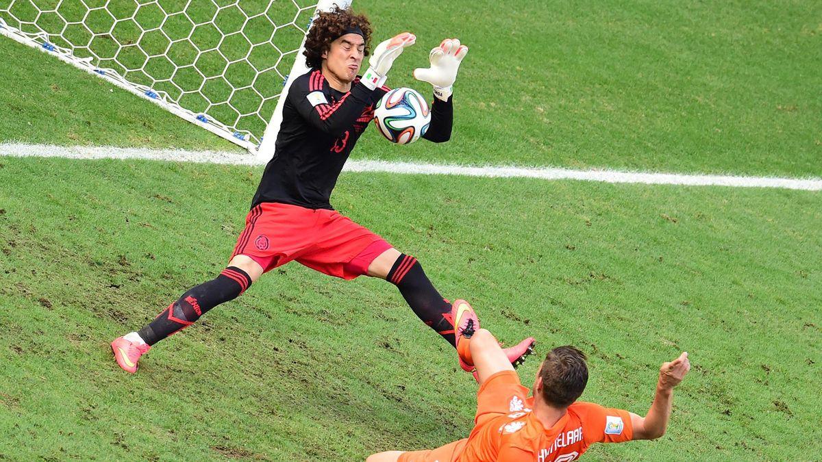 Guillermo Ochoa dans ses oeuvres devant Klaas-Jan Huntelaar lors de Mexique - Pays-Bas - Coupe du monde 2014