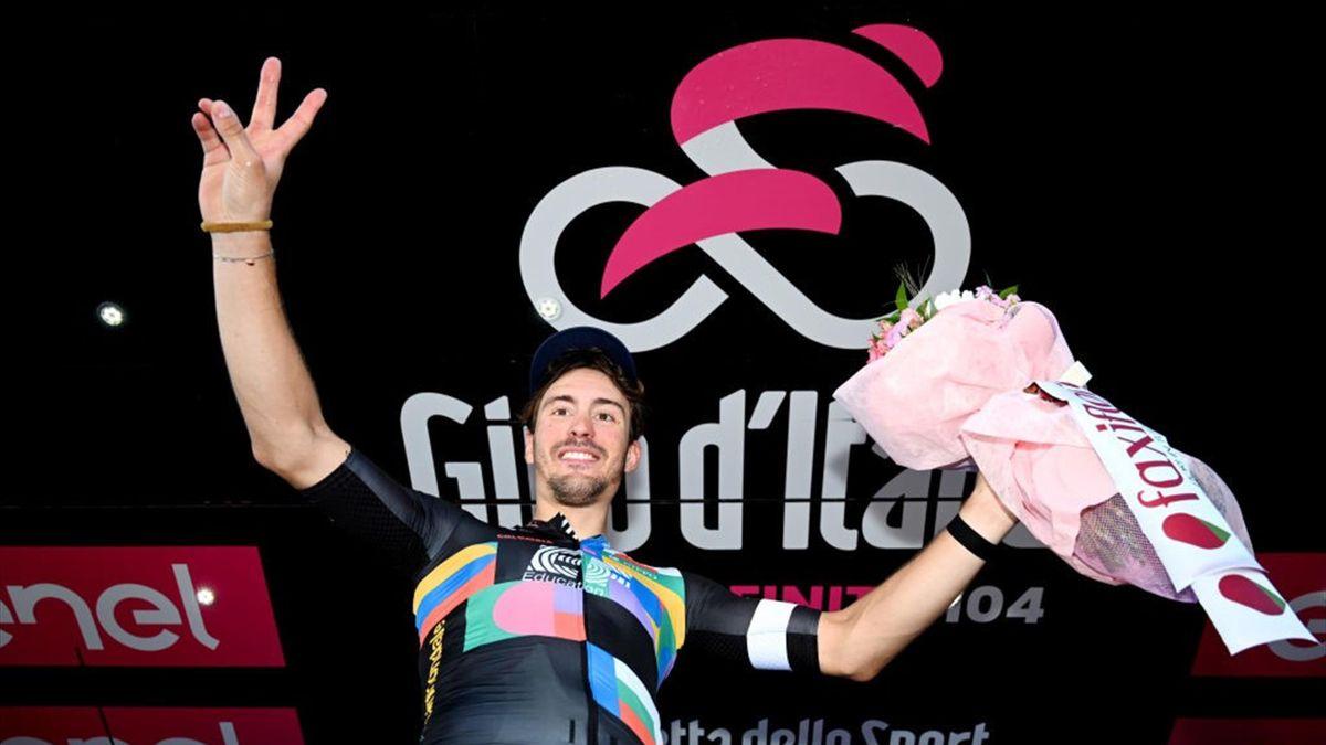 Alberto Bettiol sul podio di Stradella - Giro d'Italia 2021