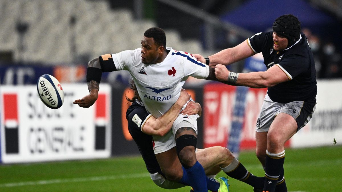 France's centre Virimi Vakatawa (L) passes the ball leading th France's second try during the Six Nations rugby union tournament match between France and Scotland on March 26 2021, at the Stade de France in Saint-Denis, outside Paris. (Photo by Anne-Chris