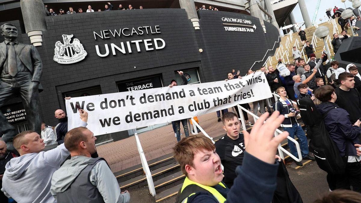 Fans von Newcastle United feiern die Übernahme vor dem Stadion.